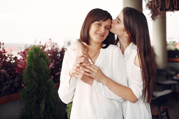 Mère et fille adulte debout dans une cite
