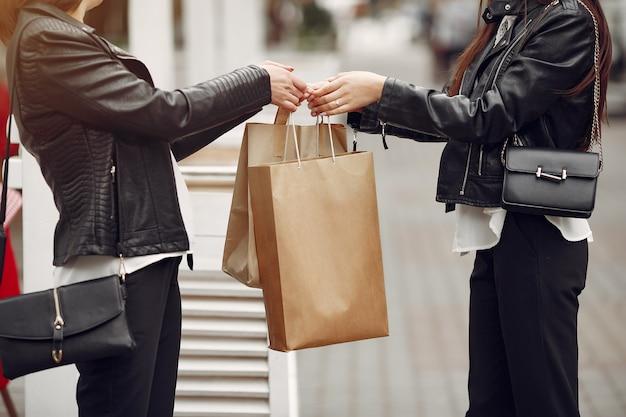 Mère et fille adulte avec sac à provisions