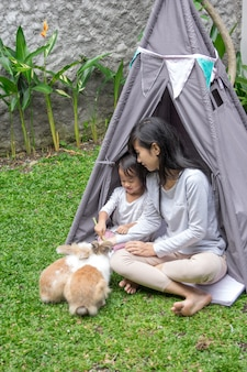 Mère, fille, alimentation, lapin