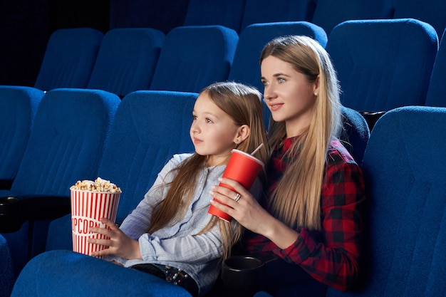 Mère et fille appréciant le film au cinéma.