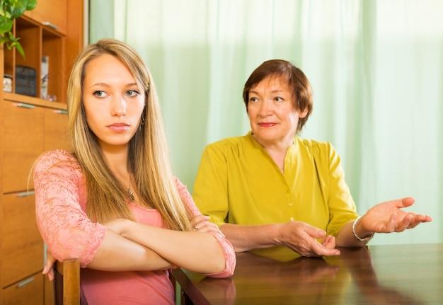 Mère et fille après une querelle