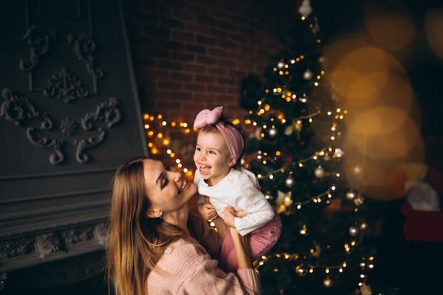 Mère, fille, arbre noël