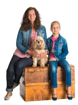Mère et fille assise sur un coffre en bois