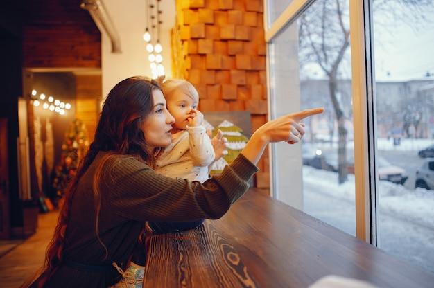 Mère et fille assise dans un café