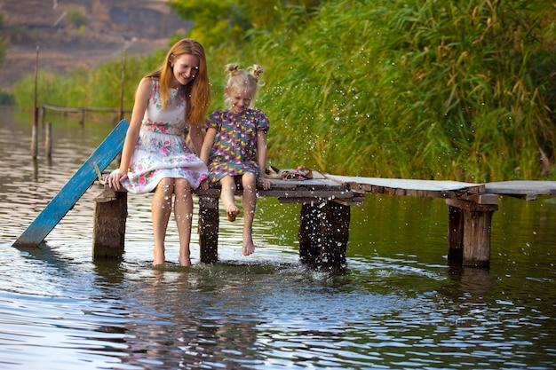 Mère et fille assises sur la jetée