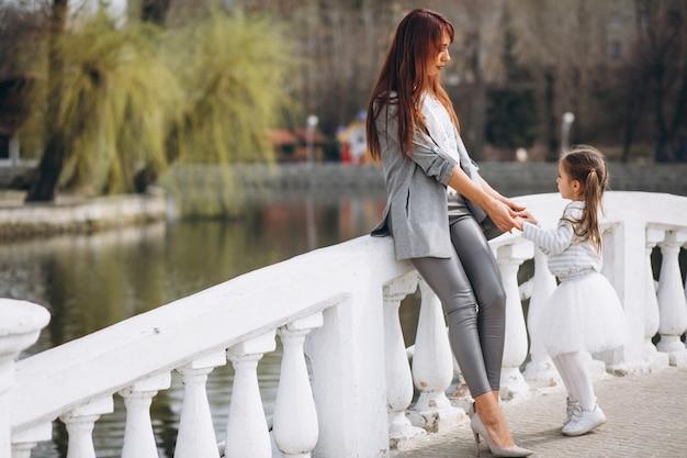 Mère et fille au bord du lac