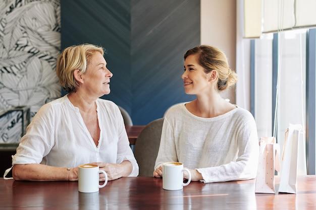 Mère et fille au café