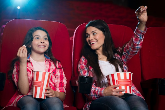 Mère avec fille au cinéma
