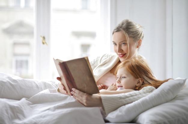 Mère et fille au lit