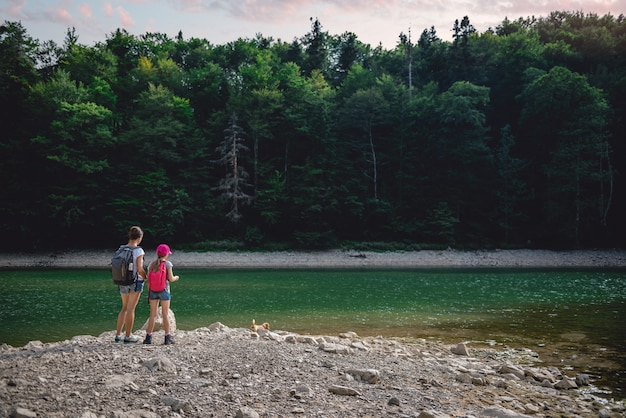 Mère et fille au repos au bord du lac