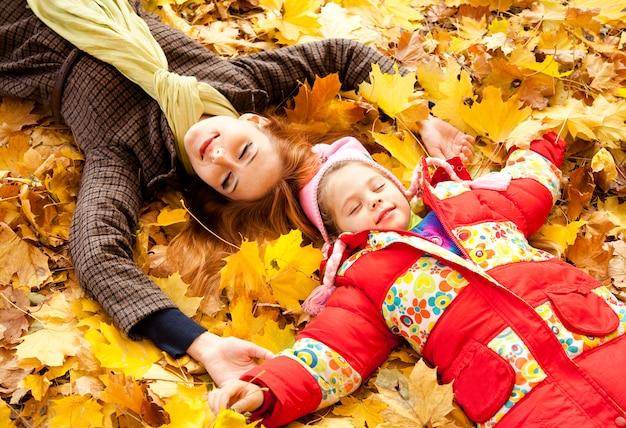 Mère et fille en automne parc jaune