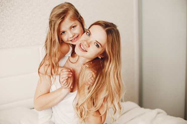 Mère avec fille blonde mignonne