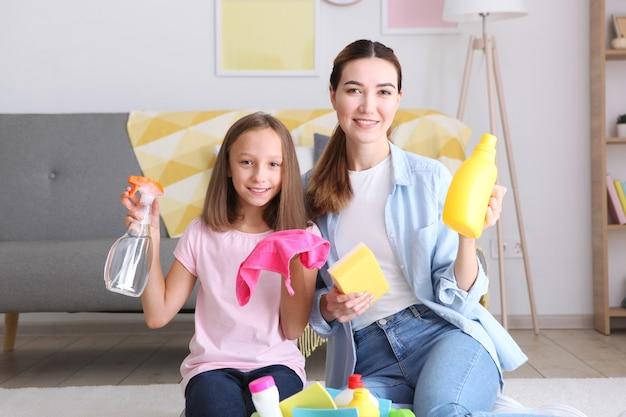 Mère et fille de bonne humeur nettoient la maison
