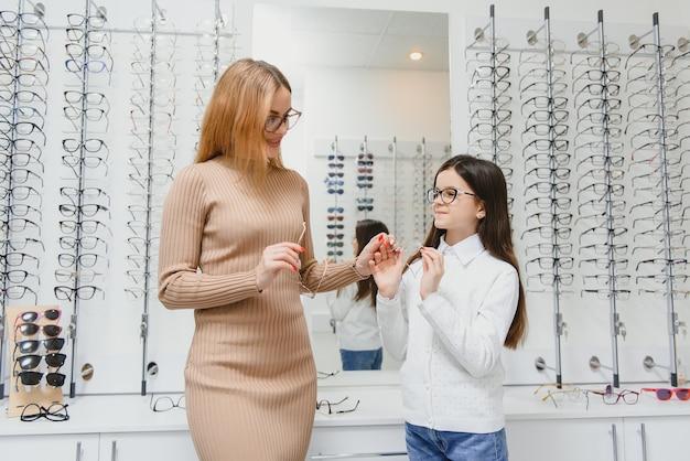 Mère et fille à la boutique d'opticien