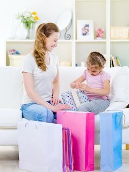 Mère avec fille cadeau d'ouverture