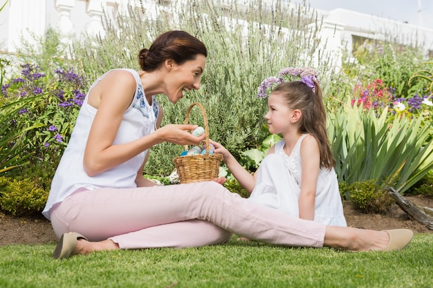 Mère et fille collecte des oeufs de pâques