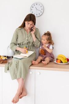 Mère et fille sur le comptoir