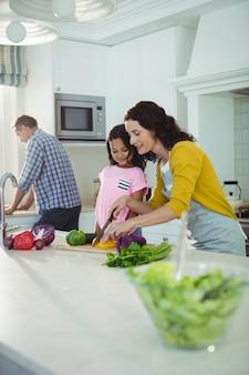 Mère fille, couper légumes, dans, cuisine