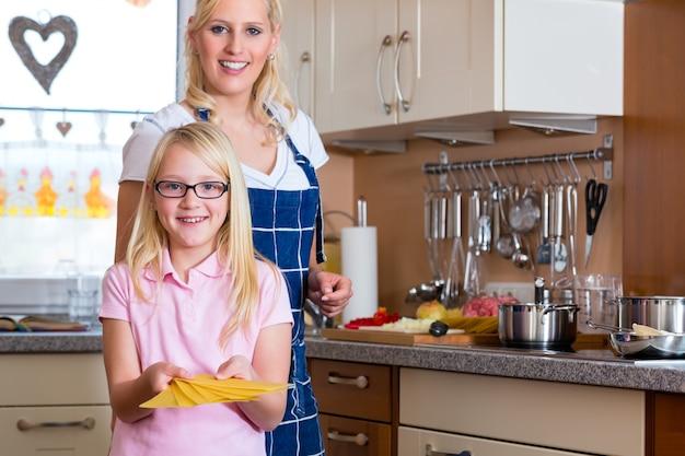 Mère et fille cuisine ensemble