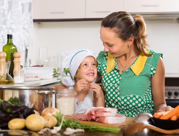 Mère avec fille cuisine