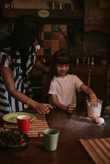 Mère et fille cuisiner dans une cuisine