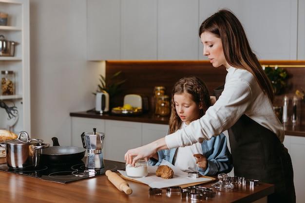 Mère et fille cuisiner dans la cuisine
