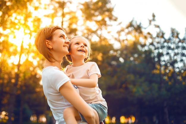 Mère avec fille dans les bois
