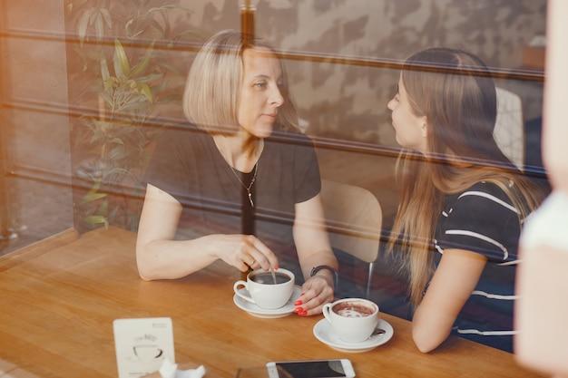 Mère avec fille dans un café