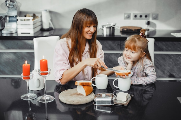 Mère avec fille dans cuisine