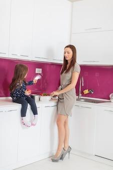 Mère et fille dans la cuisine