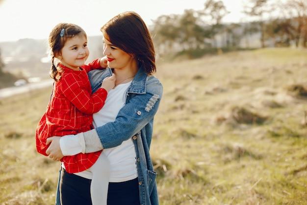 Mère avec fille dans une forêt