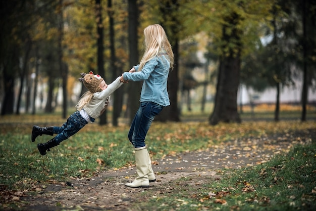 Mère avec fille dans le parc d'automne