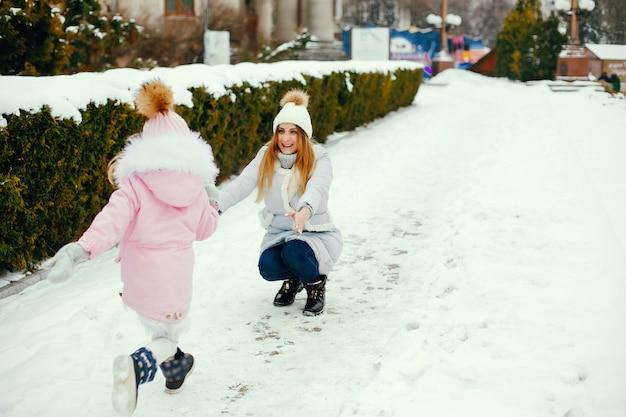 Mère et fille dans un parc d'hiver
