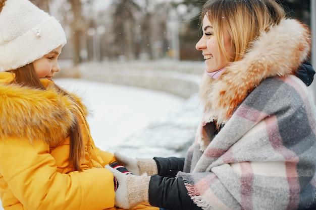Mère avec fille dans un parc