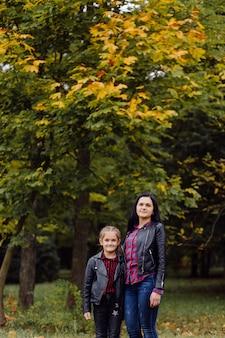 Mère et fille dans un parc