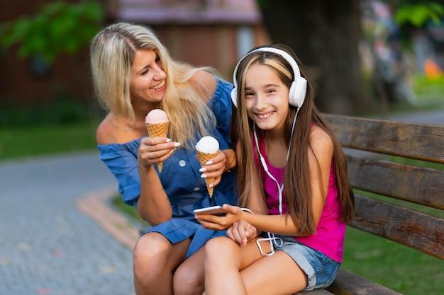 Mère et fille dans parc