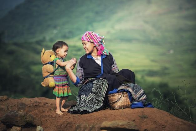 Mère et fille dans les rizières en terrasse, tu le lao cai, vietnam