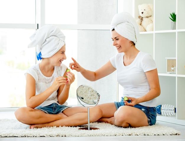 Mère et fille dans la salle de bain