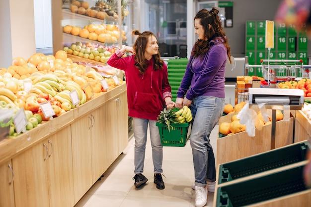 Mère avec une fille dans un supermarché