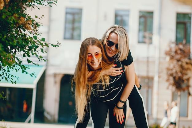 Mère avec fille dans une ville