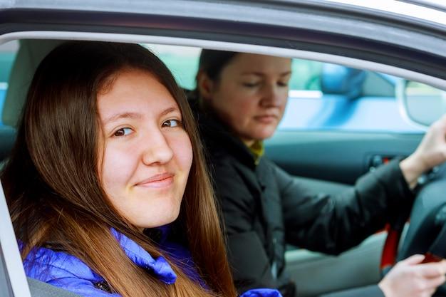 Mère avec fille dans la voiture