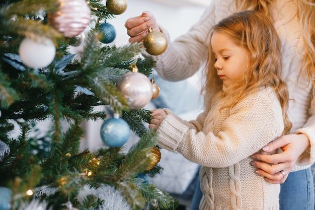 Mère et fille décorer l'arbre