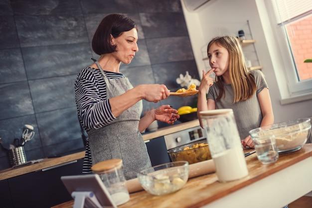 Mère et fille, dégustation fourrage tarte
