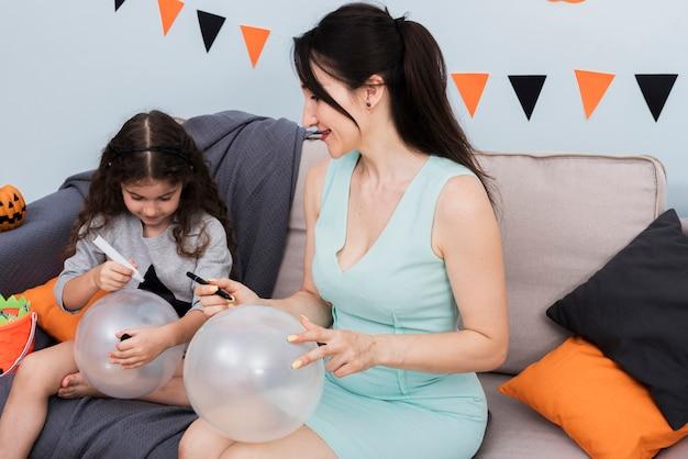 Mère, fille, dessin, ballons