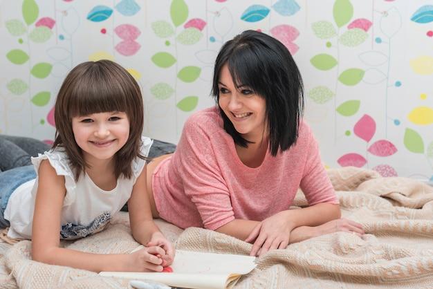 Mère, fille, dessin, coucher lit