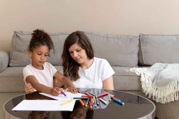 Mère et fille dessinant ensemble
