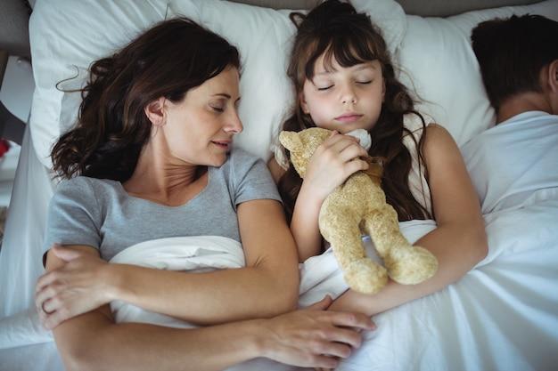 Mère fille, dormir lit