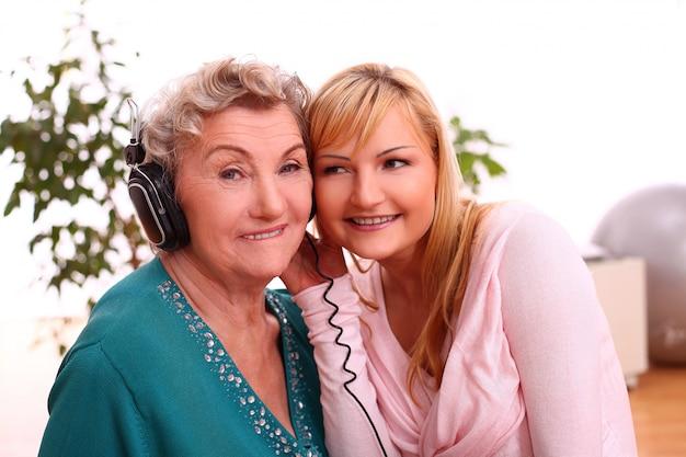 Mère et fille, écouter de la musique