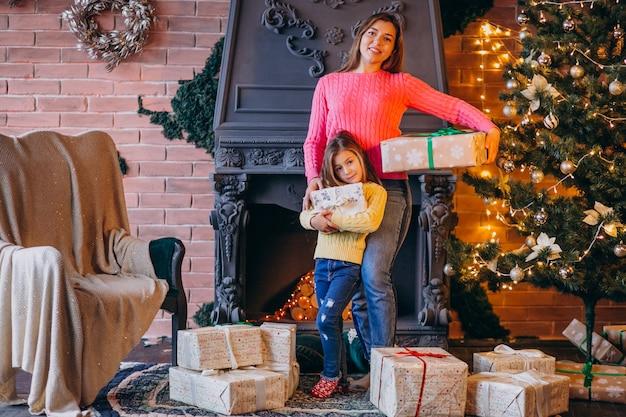 Mère, fille, emballage, présent, cheminée, noël