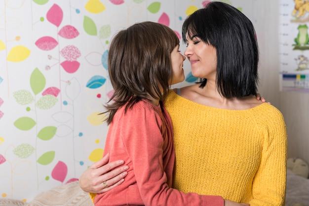 Mère et fille embrassant